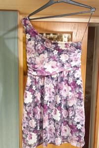 sukienka w kwiaty asymetryczna