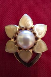 Broszka z perłą w kolorze złotym