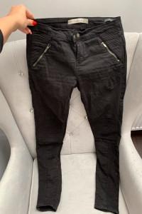 Czarne spodnie rurki o klasycznym kroju w rozmiarze 36...