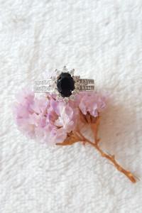 Nowy pierścionek srebrny kolor białe cyrkonie czarne oczko retro styl