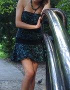 czarna sukienka w zielone agrafki
