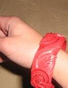 czerwona bransoleta