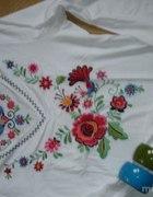 biala bluzeczka z ludowym wzorem