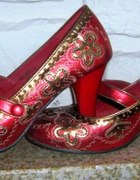 Niespotykane czerwone haftowane buciki