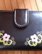Czarny portfel w kwiatki