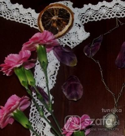 Naszyjniki mala kamea w objeciach z platkow z tulipanow