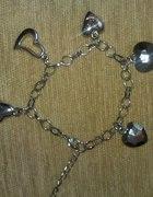 bransoletka z przywieszkami serduszka