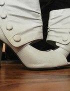 białe buty na obcasach