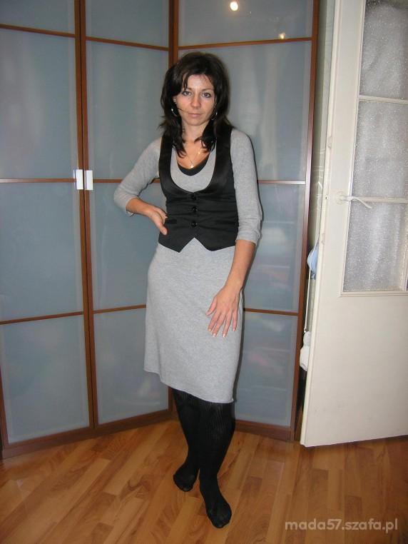 Do pracy Szara sukienka dzianinowa plus kamizelka czarna