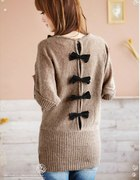 Sweterek z kokardkami na plecach