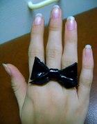 pierścionek czarna kokardka...