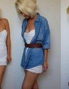 Jeansowa koszula biała tunika i pasek camel