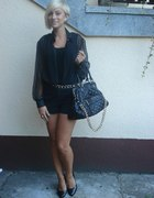 czarne spodenki czarna torebka złoty łancuch