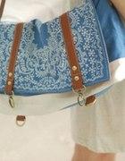 Błękitno biała torba z ciekawym wzorem...