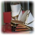 Złote sandały na koturnie