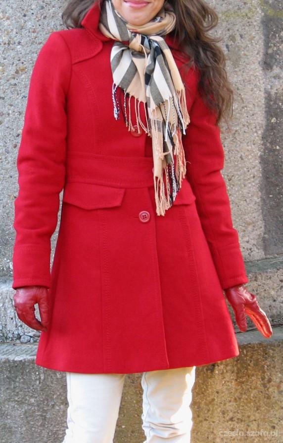Czerwony płaszczyk z szalem Burberry