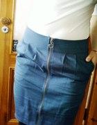 niebieski tulipan plus biala buffiasta bluzeczka