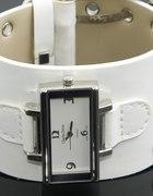 Biały zegarek na grubej skórzanej bransolecie...
