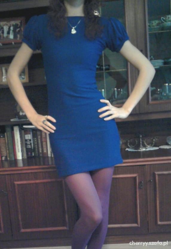Sukienka z buffkami i gołymi plecami