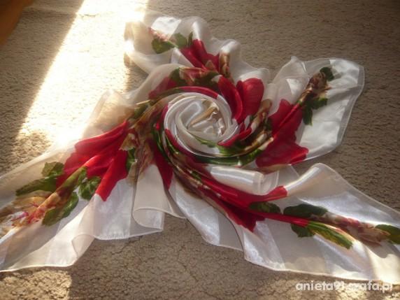Chusty i apaszki w czerwone róze