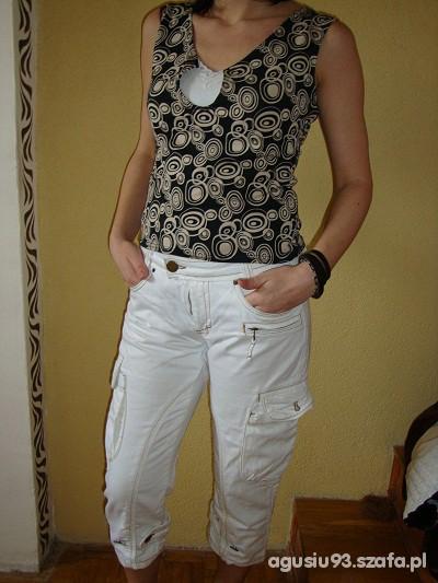 Do pracy białe spodnie z ciekawą bluzeczką