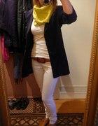 białe spodnie i granatowa martnarka