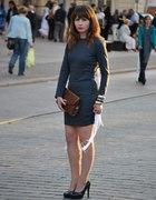 Ciemna sukienka z długim rękawem...