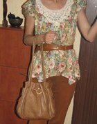 kwiaty i rude spodnie