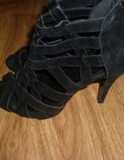 Czarne zamszowe sandałki na obcasie...