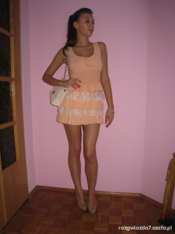 Imprezowe Sukienka tunika łososiowa z falbankami i koronką