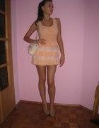 Sukienka tunika łososiowa z falbankami i koronką