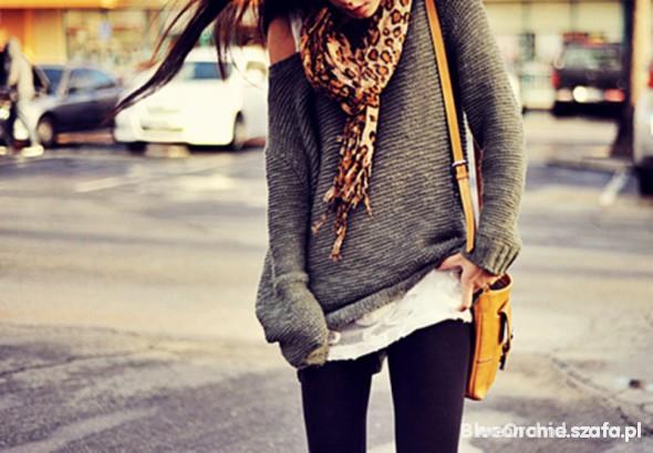 sweterek luzny oversize odslaniajacy ramie