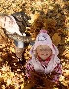Jesienny spacer z córeczką