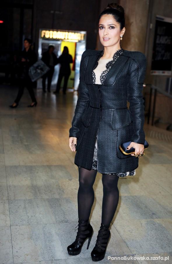 Elegancki płaszcz Salmy Hayek