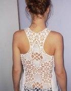 biały top z koronkowymi plecami