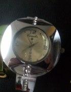 srebny zegarek z dużą tarczą