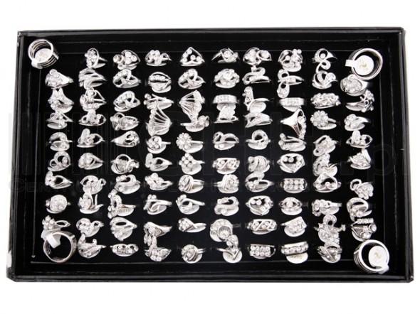 pierścionki w kolorze srebra