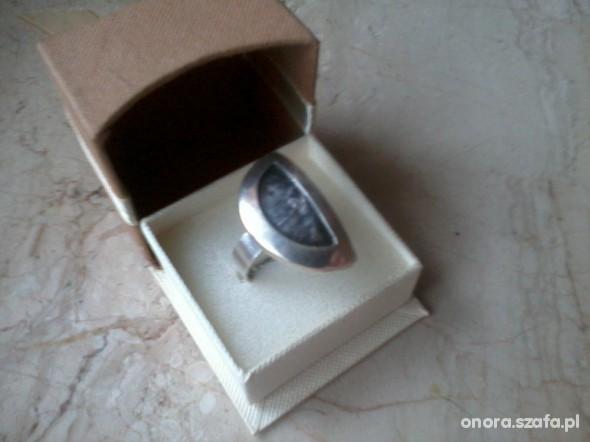 ogromny srebrny pierścień