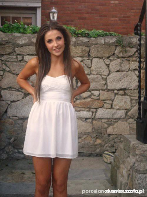 Na specjalne okazje biala sukienka