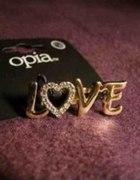 pierścionek z napisem LOVE
