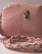 Pudrowa Chanelka z łancuszkiem i kłodką róż