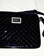 czarna lakierowana torba na laptopa BERSHKA