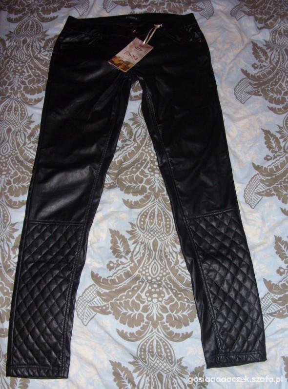 Skórzane spodnie zwężany dół pikowany a la Chanel