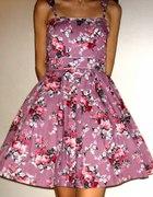 Sukienka w kwiaty lata 50