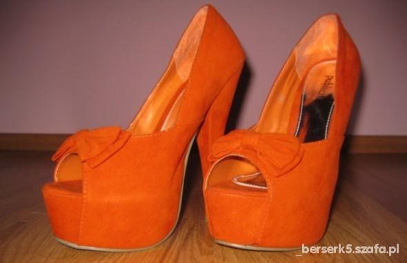 Pomarańczowe platformy z kokardką