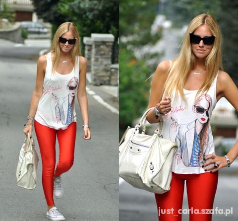 Biały top z czerwonymi legginsami