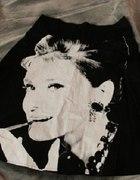 Czarna spódnica z Audrey Hepburn...