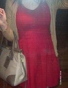 Czerwona sukienka jak zara plus dodatki nude