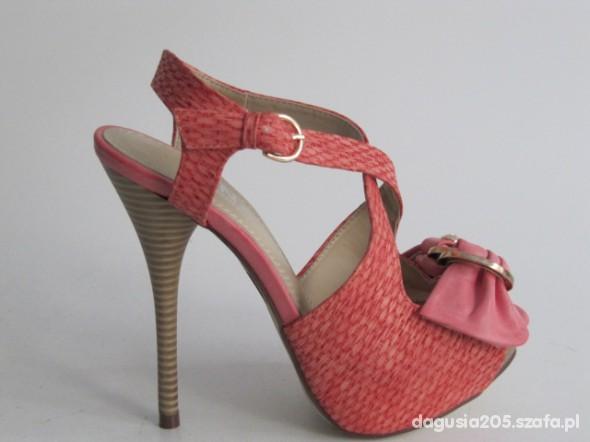Różowe sandałki hit wiosny