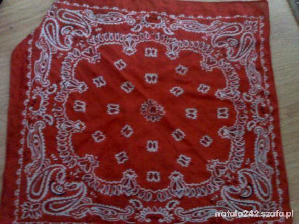 Chusty i apaszki czerwona chusta we wzorki